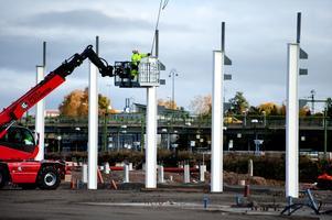 Pelarna, som är betongfyllda för att klara brandkraven, levereras av ett Borlängeföretag.
