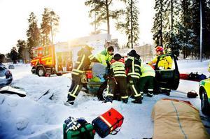 """Foto: Robert HenrikssonPå Vallaleden Frösön, en av de trafikfarliga korsningarna i Östersund, har några olyckor med svåra skador inträffat. Kvinnan som skadades i den här bilen den 31 januari i år kunde åka hem från sjukhuset efter någon dag. """"Blev mest omtumlad och i chock. Några revbensfrakturer"""", hälsar hon."""