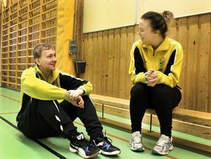 Emil Henriksson och Lina Pettersson startade ett handbollslag för barn i tioårsåldern.