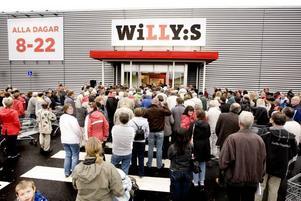 TRÅNGT. Butikspersonalen fick släppa in kunderna i omgångar efter invigningen, för att undvika för mycket trängsel inne i butiken.