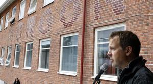Konstnären Jan Svenungsson har skapat den konst som nu pryder fasaderna på Slottegymnasiet.