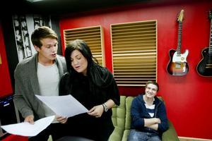 """""""Brynäs är vårt namn"""". Ja, nu är dom igång, sångduon Mike Eriksson och Amanda Holmgren som ska hjälpa Viktor Alner (i bakgrunden) att få en hit."""