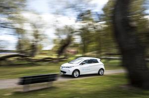Bildtext 5: Renault Zoe är kusin med Nissan Leaf och ett laddat syskon till Renault Clio. Zoe är en elbil där batterier inte ingår i priset - de får du bara hyra.    Foto: Pontus Lundahl/TT