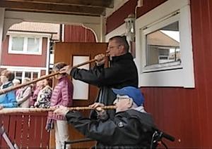 Björn Ulin och Rune Fellman blåste i näverlur när PRO Mora firade Sveriges nationaldag.