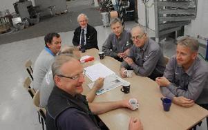 Morgonfika på HDL . Runt bordet från vänster: Pers Lars Larsson, Ola Welam (skymd) Alf Larsson, Alvar Palmcrantz, (vd) Bo Pollack, Per Erik Andersson och Per Sonesson.FOTO: MATS RÖNNBLAD