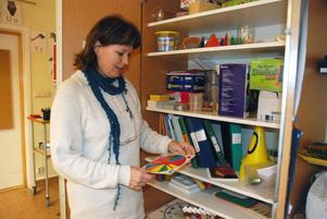Lena Johansson, lärare för klass 3A, visar matteskåpet där spel och annat material som kan plockas fram och använda i matteundervisningen finns. Tack vare statliga projektpengar har skolan man kunnat köpa in det man önskar.