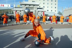 2005. En 20 meter hög buddhastaty reses och planer på en Kung Fu-skola presenteras. I oktober invigs Dragon Gate av stridsmunkar.