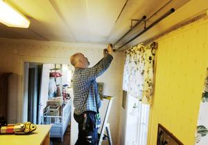 Per Näsman lägger sista handen vid de nya va-installationerna.