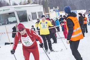 Julle Eriksson (nr 33) från Forsa vänder runt i varvningen. Åke Snellman (nr 25) snäppet före.