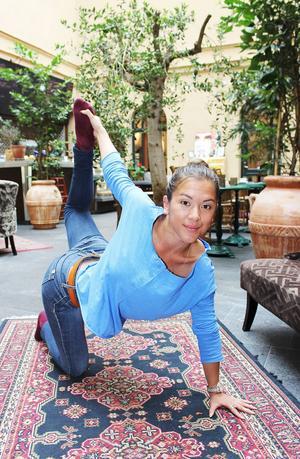 Inom yoga tänker man sig att det finns sju olika energicenter, chakran, kopplade till olika områden i kroppen. Trauman kan leda till blockeringar i dessa, och övningarna kan få blockeringarna att släppa, förklarar Mei-li Wu.