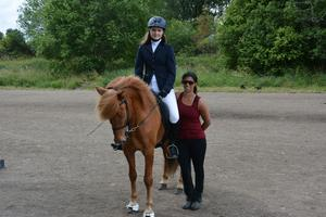 Tränaren Jamila Berg (till höger i bild)  här tillsammans med Charlotta Rydin från klubben Kraftur.