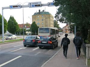 Eftersom det saknas cykelväg på västra sidan av Vasagatan cyklar en del på gångbanan. Från årsskiftet kan det bli tillåtet att cykla på gatan vilket gående säkert kommer att uppskatta.