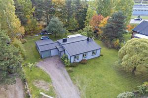 Den här villan på Backbergsvägen i Falu kommun toppar Hemnets Klicktoppen, för objekt i Dalarna, under vecka 40.