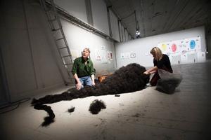 Samlingsutställningen K 75 på Exercishallen visar en explosion av kreativitet och allra roligast är de som verkligen tar för sig och utnyttjar ytorna, som här Linda Svedbergs teservis