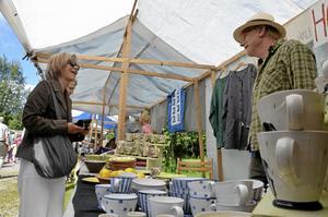 Tradition. Keramikern Peter Gustafsson har varit med på Järle marknad i många år. Och varje år brukar Gunilla Nilsson från Ramshyttan handla något av honom, i år blev det ett sommarfat.
