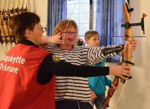Skytten och tränaren Eva Godlund hjälper Ellinor Eriksson att skjuta.- Det är första gången. Det var jättekul, säger Ellinor Eriksson.BILD: SAMUEL BORG