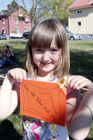 Emma Andersson från Stenhamreskolans fritids har gått runt och läst på lapparna där barnen fått texta vad som kännetecknar en bra vän.