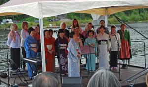 Japanska kören i Stockholm - Sakurakören - sjöng båe ensama och tillsammans med Leksandskören Kvinnoväsen ledd av Fumiko Okino.