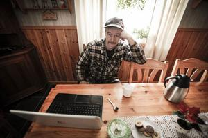 Danne Nilsson i Hovermo är inte nöjd med hur Jämtkrafts Stadsnät fungerar.Nu funderar han på att slänga ut det och gå över till mobilt internet om det inte blir någon förbättring.