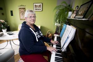 Maria Öhlén både lyssnar på musik och spelar och sjunger själv. Här framför hon den tonsatta irländska bönen May the road.