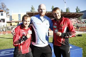 Robert Alneroth (mitten) visade SM-form och vann släggkastningen med årsbästat 62,96. Karlstads Tommy och Mikael Larsson utgjorde resten av pallen.