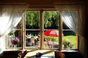 Här utanför sätter sig gästerna för att avnjuta glass i solskenet.