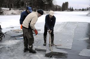 Ove Persson börjar gunga upp den stora stjärnan för at få upp den på isen.