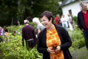 Anna-Karin Tillström njuter av att hennes trädgård fylls av besökare med frågor och funderingar om hur hon har skapat en sån vacker trädgård.