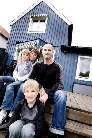 JIPPEE! Snart bär det iväg till pappa Steves hemland Nya Zeeland. På sensommaren emigrerar familjen – mamma Maria, barnen Irina och Alexander, och pappa Steve Armstrong på Brynäs till Hamilton i norra delarna av Nya Zeeland, där Steve har sina rötter.