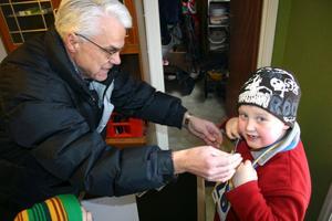 Vilgot Kilgren från Kumla får sin medalj efter att ha åkt fem varv på Åsavallen.