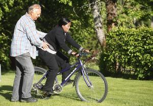 Stanley Lenell hjälper Nigsty Semere att hålla balansen när hon lär sig cykla.
