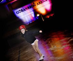 Molly Astner, åtta år, är en van skridskoprinsessa på isen. Till passande Dancing Queen briljerar hon i arenan.