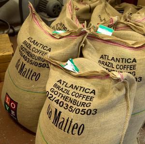 Kaffebönor skeppas till Sundsvall från Brasilien, Colombia och Kenya för att sedan rostas i maskinen från 1929.