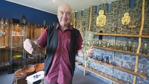 Scanglas har mellan 600 och 700 produkter, berättar ägaren Johan Torvaldsson. Här håller han en återskapad trattbägare (i blått) från vikingastaden Birka och en modell av en uppländsk snabelbägare från 500-talet.