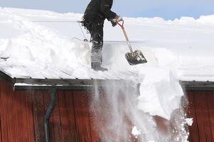 Om du behöver skotta ditt tak beror på  vad du har för tak och hur mycket snö det kommit.