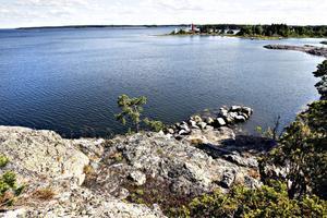GÄVLES FINASTE HAVSUTSIKT. Här på Solklippan på Gråberget bortanför Bönan är Gävle den havsstad vi vill att den ska vara. Men små barn och höjdrädda får njuta någon annanstans – det är 20 meter ner till vattnet.