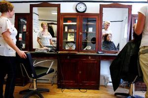 Den gamla inredningen från 1914 finns kvar i Åse Östlings för övrigt moderniserade frisersalong. Hennes syster Lina Wold ska bli frisör och går för närvarande som elev på salongen.Foto: Henrik Flygare