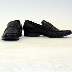 I vår är det loafers som gäller. Färgen kan bryta av mot kostymen, men bör följa samma stil.