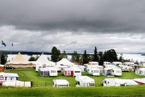 Camping med utsikt – om än mot ganska gråa moln vid horisonten. Den tillfälliga campingen på fotbollsplanen är fullpackad. Det här är i stort sett den enda plana ytan  i den kuperade byn Hallen.