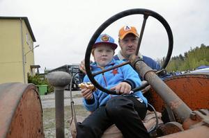 Veterantraktor. Anders Bergdahl från Villinge hade med sig en traktor från 1946-47, här med sonen Gabriel Bergdahl, fem år.