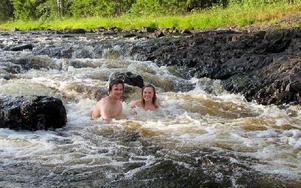Världens bästa badplats, säger Sveds Vilhelm Söderlund och Gubb Anna Stigson, på väg att kana utför smultronstället Lissônd utanför Öje. Foto: Gubb Jan Stigson