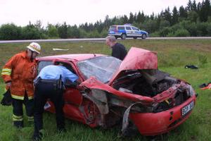 Motorn flög ur den voltande Forden men föraren, en Södertäljebo på väg till Kramfors, fick enbart lätta blessyrer.