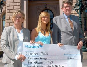 Rektor Ulla Söderlind, stipendiaten Pia Vikberg och från svensk Handel Lars G Ohlsson men checken på 10000 kronor.