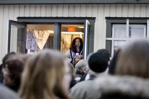 annorlunda konsert. Närmare 100 personer samlades utanför katthemmet på Näringen för att få en skymt av Gävlesonen Thomas Di Leva.