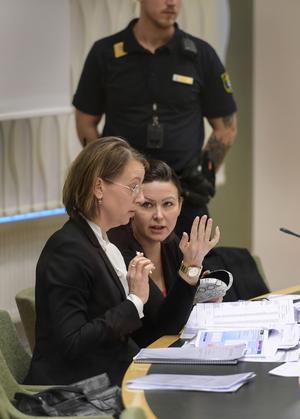 Johanna Möller med sin försvarsadvokat Amanda Hikes i Västmanlands tingsrätt. Hon pratade bland annat om sina tidigare planer att prostituera sig.