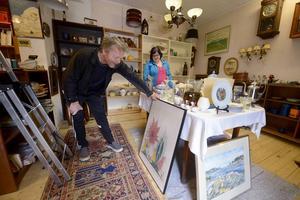 Christer Brinck kollar in en ny tavla till sin samling av Njurundakonstnärer, frun Kristina är inte lika förtjust.