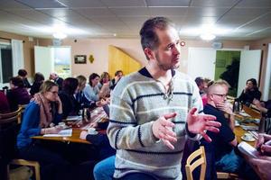 Centerpartiets gruppledare i kommunfullmäktige Magnus Svensson ledde skoldialogen i Trönö församlingshem.