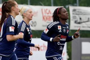 Foto: Claes Söderberg.En vanlig syn på Ljungbergsplanen de senaste tre säsongerna: Tabitha Chawinga firar ännu ett mål.