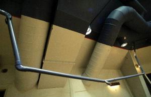 Någon tyckte att sprinklerrören var lämpliga att klättra i varpå fästena lossnade och vatten sprutade ut över hela golvet. En polisanmälan är gjord gällande skadegörelse.