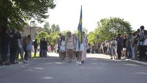 Till det stadiga trummandet tågade eleverna i Skinnskatteberg in i kyrkan. Längs med vägen hade familj och vänner radat upp sig.